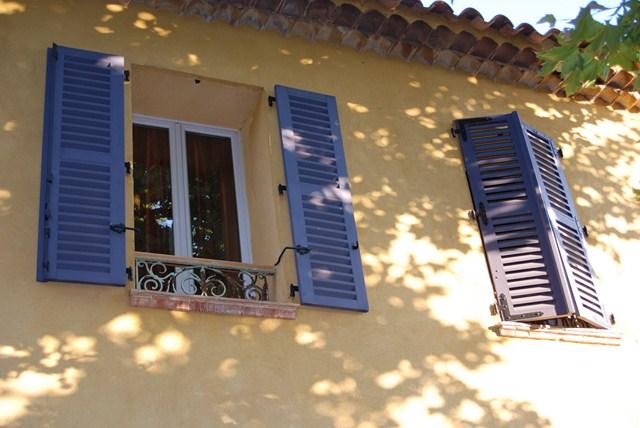 façade aux volets bleus